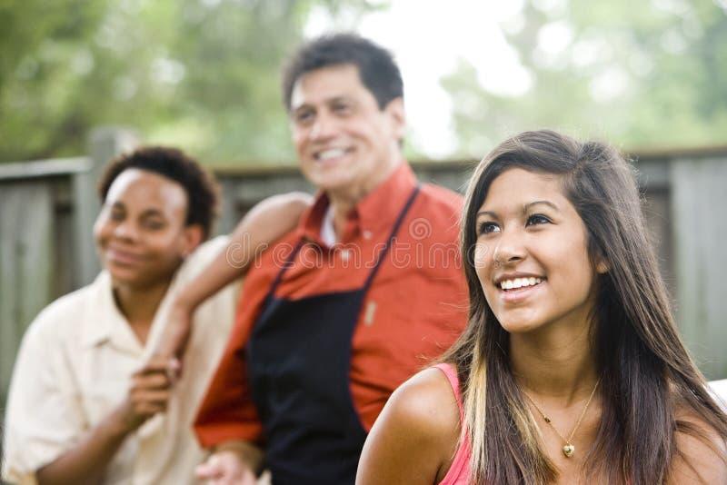 Zwischen verschiedenen Rassen Familie lizenzfreies stockbild