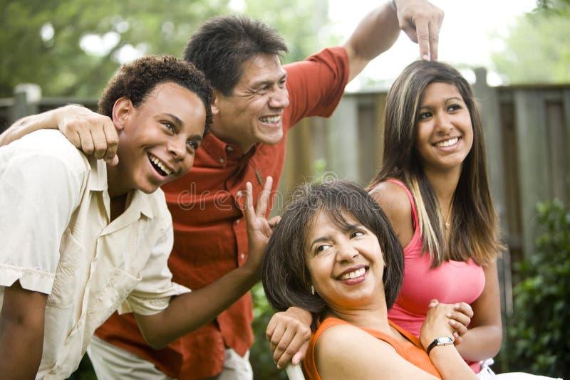 Zwischen verschiedenen Rassen Familie lizenzfreie stockfotografie