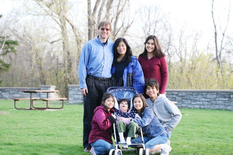 Zwischen verschiedenen Rassen Familie von sieben lizenzfreie stockfotografie