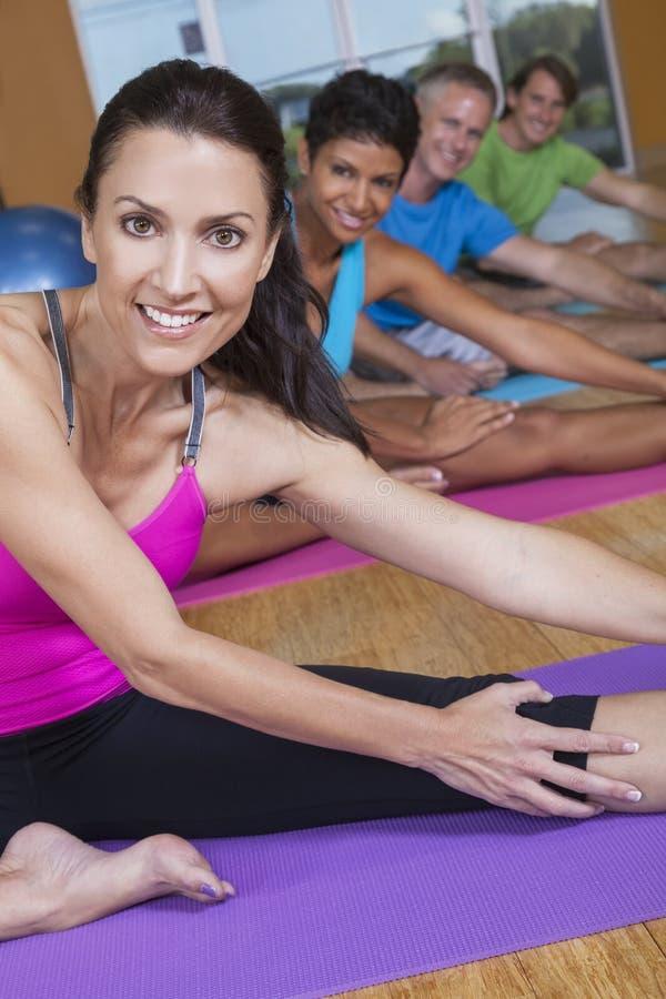 Zwischen verschiedenen Rassen Gruppe von Personenen-übendes Yoga stockfotografie