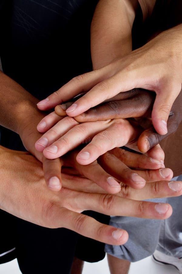 Zwischen verschiedenen Rassen Hände stockfotos