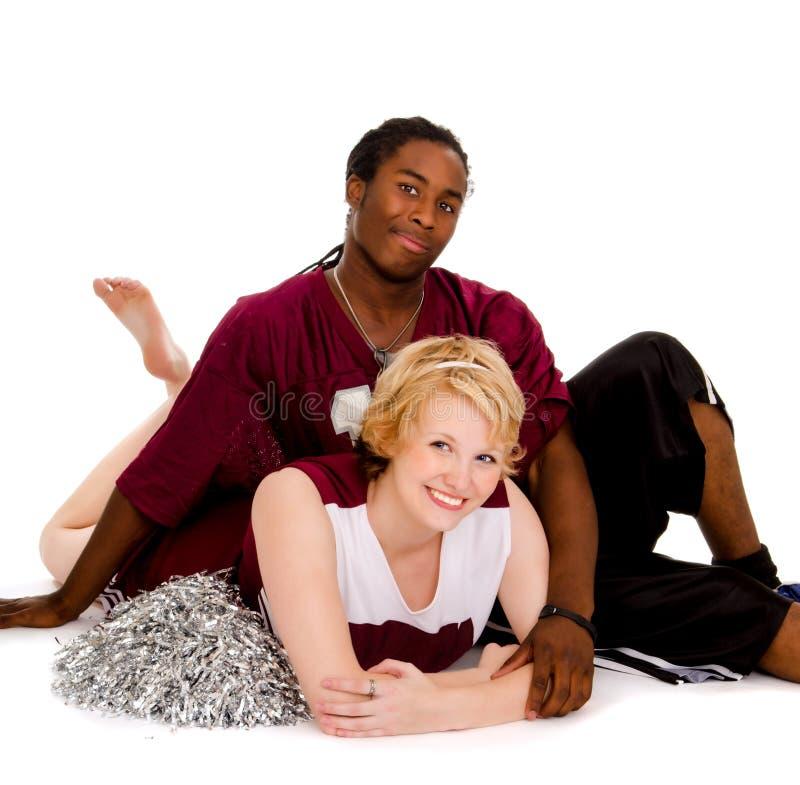 Zwischen verschiedenen Rassen Highschool Fußball-Beifall-Paare stockfoto