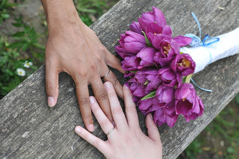 Zwischen verschiedenen Rassen Hochzeitspaare lizenzfreie stockfotografie