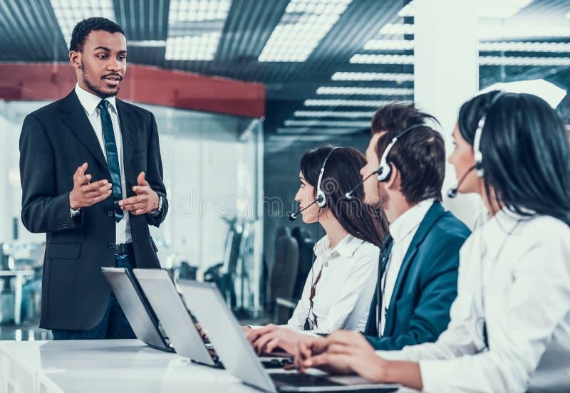 Zwischen verschiedenen Rassen junge glückliche Angestellte in Call-Center stockfotografie