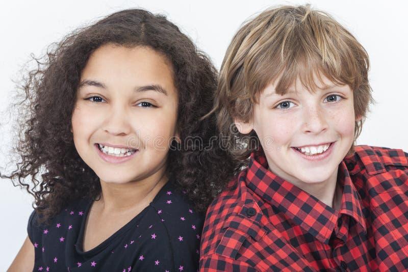 Zwischen verschiedenen Rassen Jungen-u. Mädchen-Kinderlächeln lizenzfreie stockfotografie