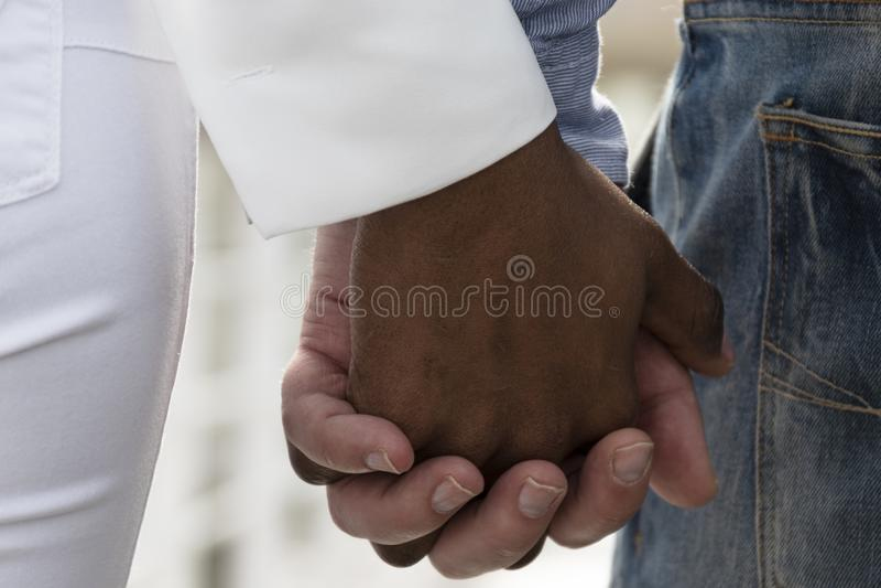 Zwischen verschiedenen Rassen Liebe lizenzfreies stockfoto