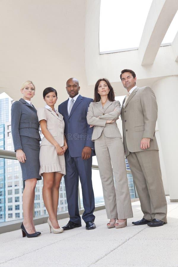 Zwischen verschiedenen Rassen Mann-u. Frauen-Geschäfts-Team stockfotos
