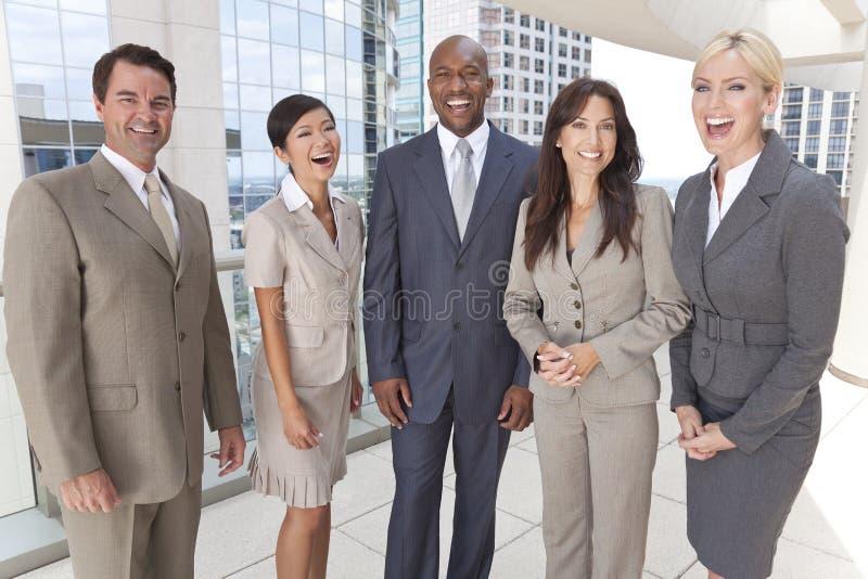 Zwischen verschiedenen Rassen Mann-u. Frauen-Geschäfts-Team lizenzfreie stockfotografie