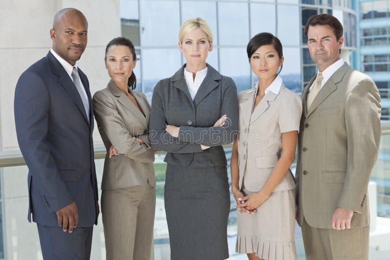 Zwischen verschiedenen Rassen Mann-u. Frauen-Geschäfts-Team stockfoto