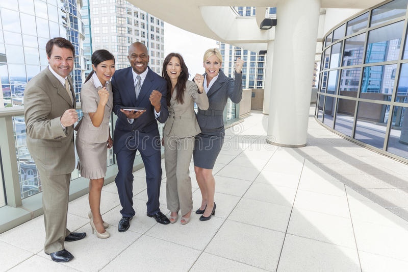 Zwischen verschiedenen Rassen Mann-u. Frauen-Geschäfts-Team mit Tablette-Computer lizenzfreie stockfotos