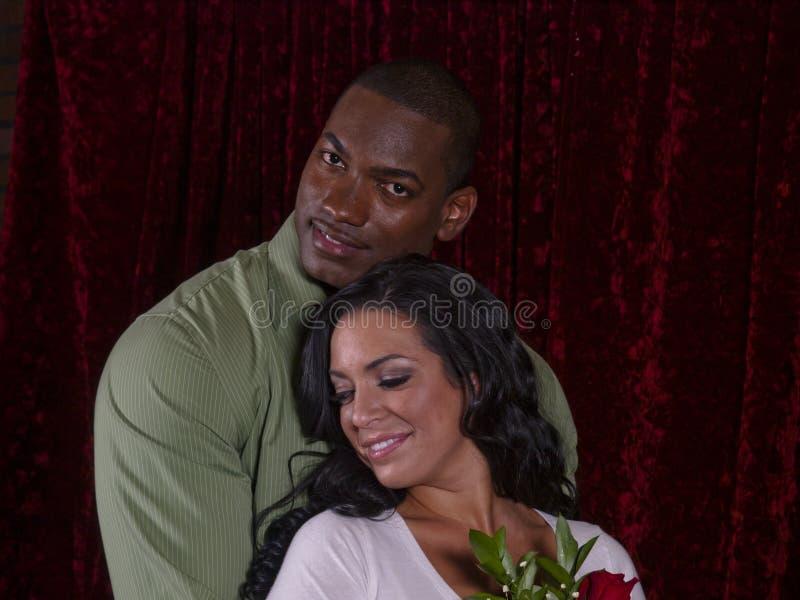 Zwischen verschiedenen Rassen Paare in der Liebe lizenzfreies stockfoto