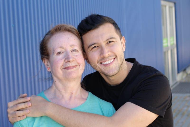 Zwischen verschiedenen Rassen Paare mit einem bedeutenden Altersunterschied stockfoto