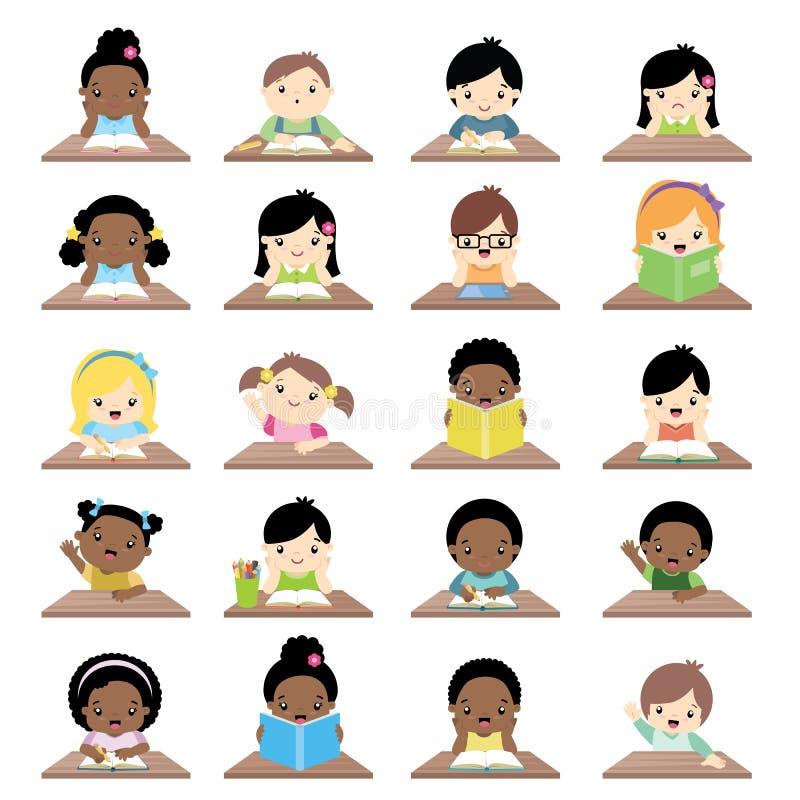 Zwischen verschiedenen Rassen Schulkinder, die am Schreibtisch Front View Big Collection sitzen lizenzfreie abbildung