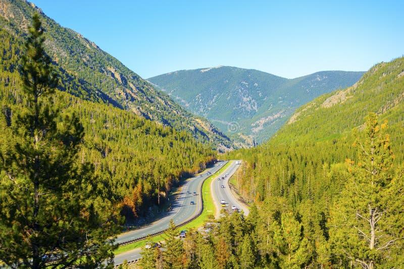 Zwischenstaatliche 70 I-70 in Rocky Mountains von Colorado auf Sunny Day lizenzfreie stockfotografie