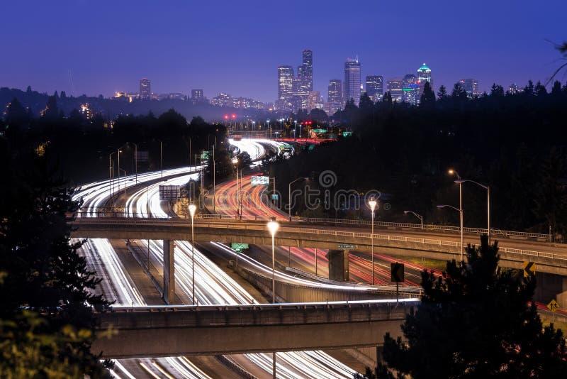 Zwischenstaatliche 5 und im Stadtzentrum gelegene Skyline von Seattle nachts stockfoto