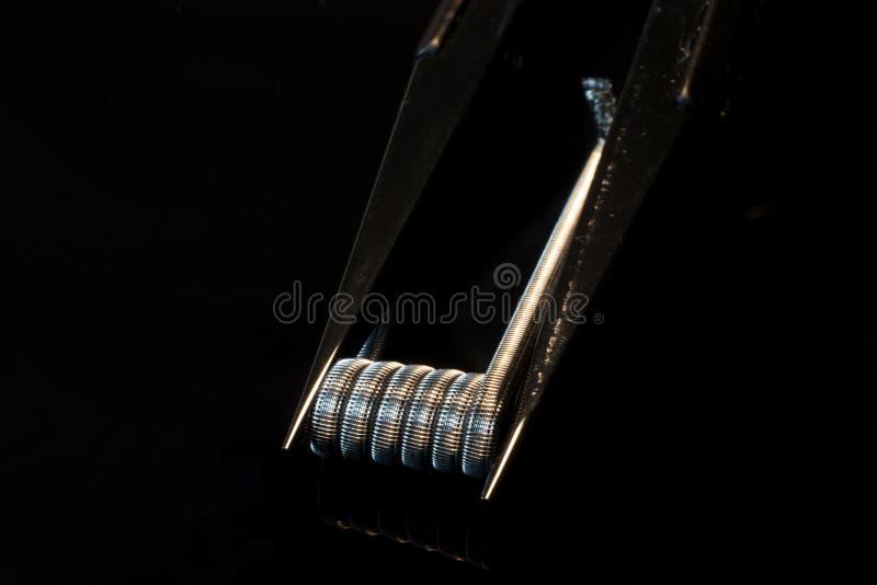Zwitka i pincety dla rda vaping z czarnym tłem zdjęcie stock