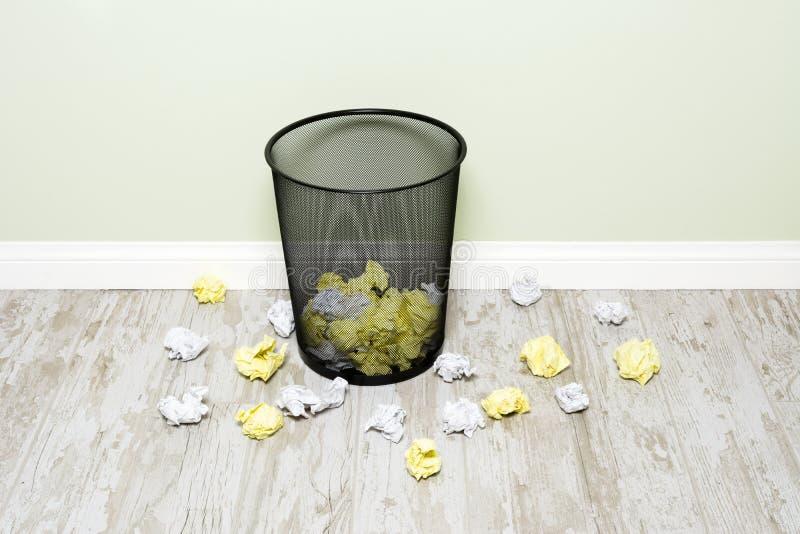 Zwitki papierowy i trashcan obraz stock