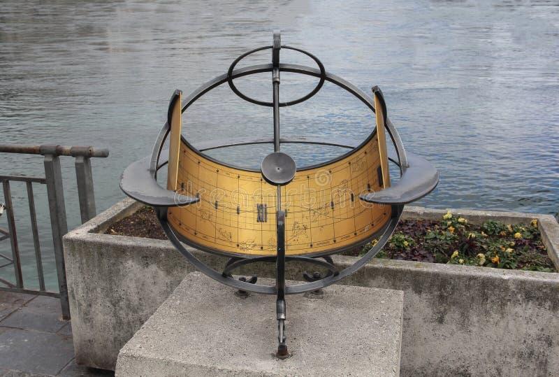 Zwitserland; Genève; 8 maart, 2018; The Sun-klok met La van Genève stock afbeeldingen