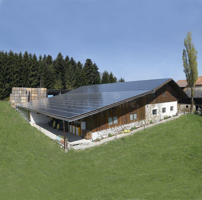 Zwitserland: Solrenergy-paneel op het dak van een boerderij stock fotografie