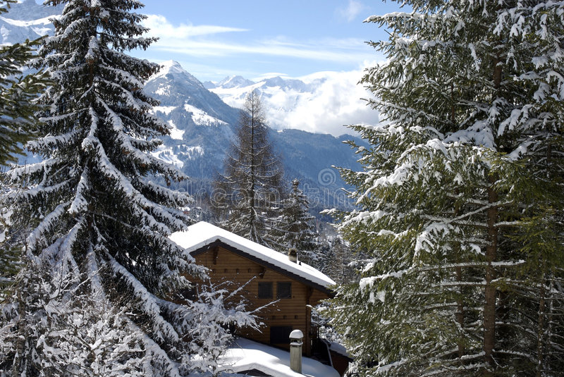 Zwitsers chalet in de winter stock fotografie