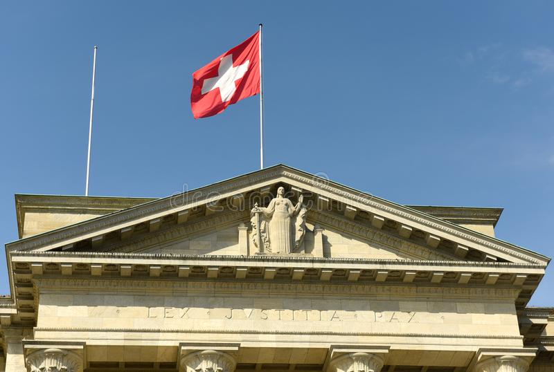 Zwitsers vlag en standbeeld van Rechtvaardigheid op Federaal Hooggerechtshof van Swi royalty-vrije stock foto