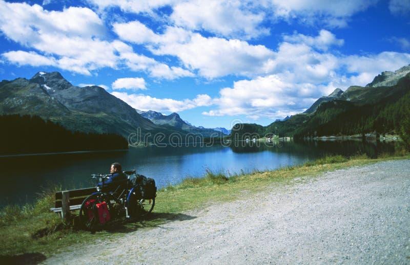 Zwitserse Alpen: Een fietser rust bij het gletsjermeer Silvaplana in hogere Engadin royalty-vrije stock foto's