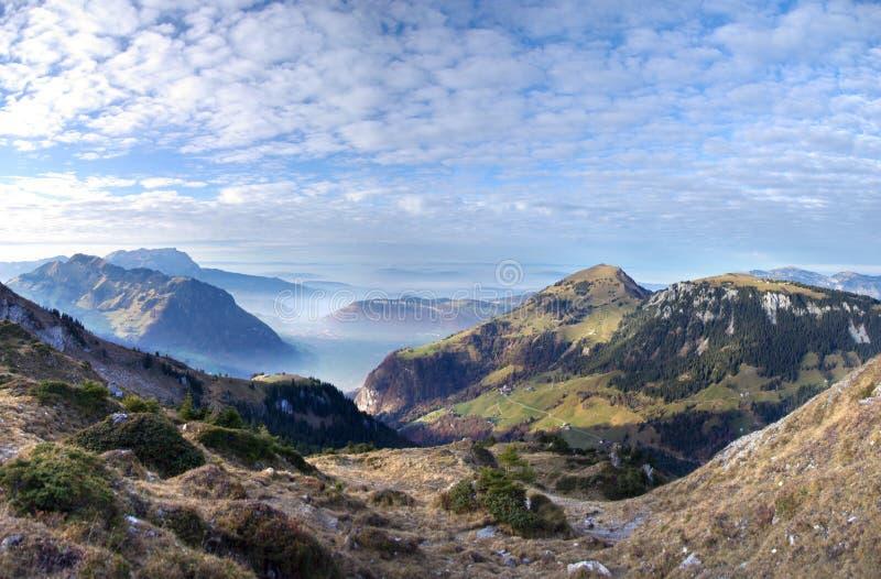 Zwitserse Bergen in Nevelige Vallei royalty-vrije stock foto