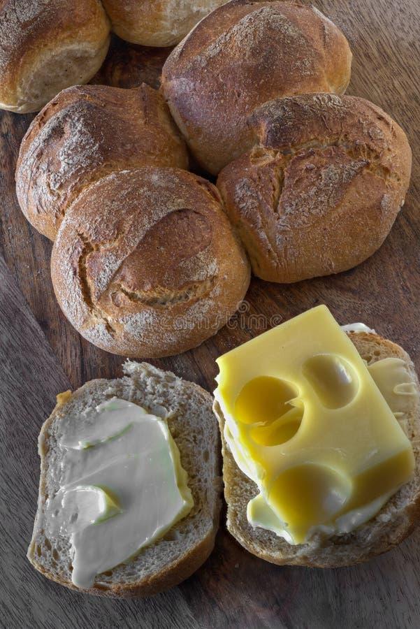 Zwitserse broodjes 'Schweizer Vierlinge 'en originele Emmentalerkaas stock foto