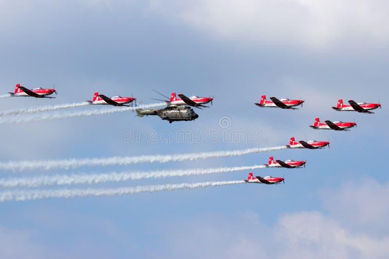 Zwitserse Luchtmacht PC-7 Team Super Puma-helikopter stock afbeeldingen