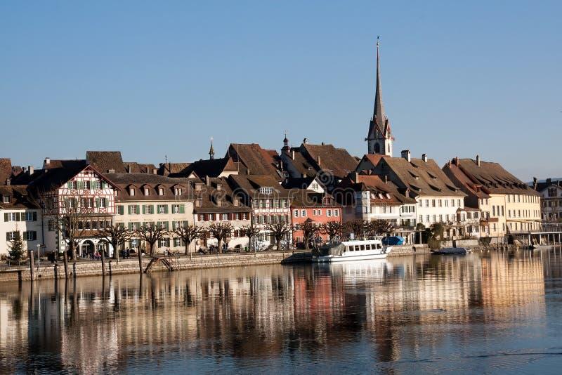 Zwitserse stadsStenen bierkroes am Rijn stock foto