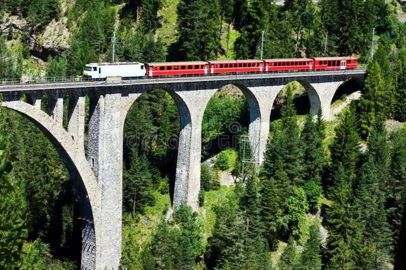 Zwitserse trein op zeer hoge brug royalty-vrije stock afbeelding