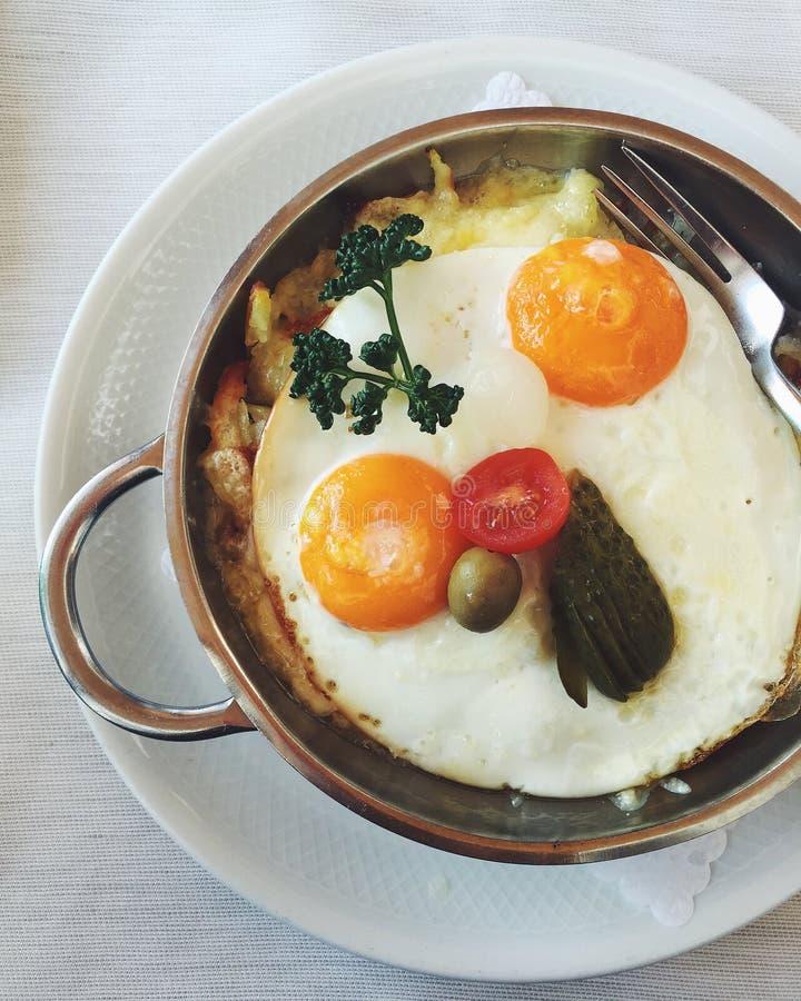 Zwitserse vegetarische aardappelrã¶sti met zonnige zij omhooggaande gebraden eieren royalty-vrije stock afbeeldingen