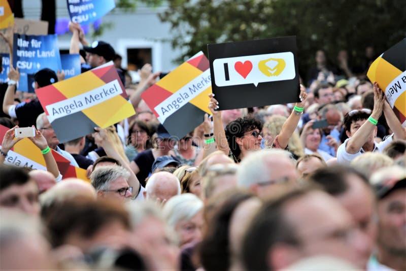 Zwolennicy Angela Merkel słuchają ona mówją w Niemcy na Sierpień 30, 2017 podczas kampanii dla wybory trzymającego wczoraj obrazy royalty free