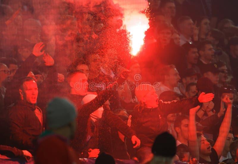 Zwolennicy i dym od Bengalia pirotechnika przy Derby piłki nożnej Szwedzkiej filiżanki kwartalnymi finałami między Djurgarden vs  zdjęcie stock