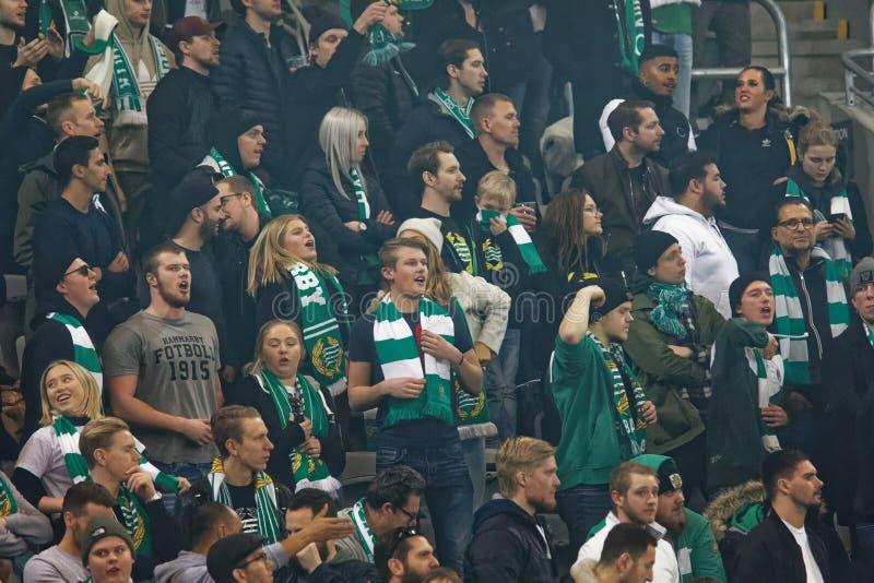 Zwolennicy przy Derby piłki nożnej Szwedzkiej filiżanki kwartalnymi finałami między Djurgarden vs Hammarby zdjęcie stock