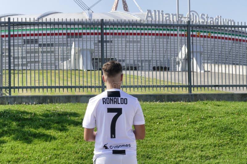 Zwolennik jest ubranym Cristiano Ronaldo bydło z Allianz stadium w tle Juventus fc obraz stock