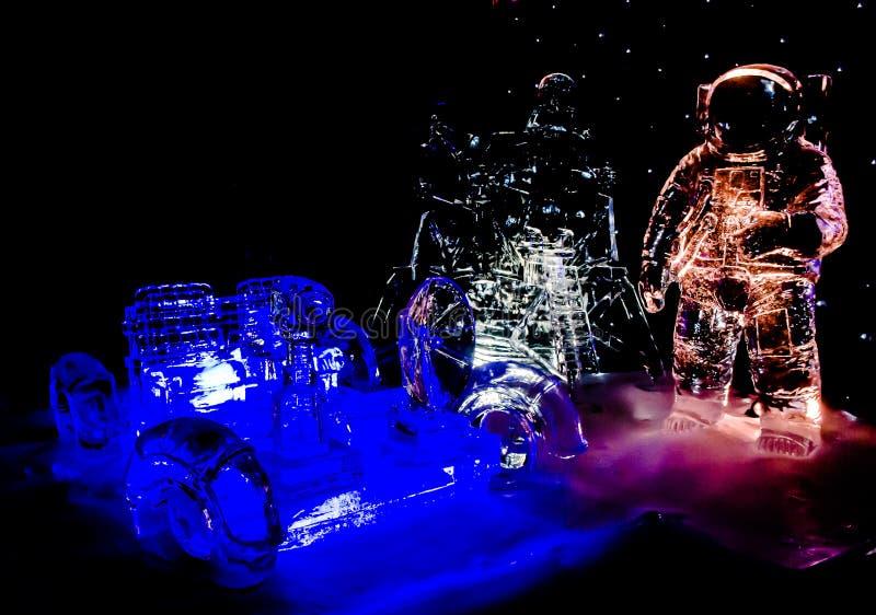 Zwolle, Niderlandy: 4 stycznia 2020 - Astronaut na festiwalu rzeźb lodowych w Zwolle, Holandia obrazy stock