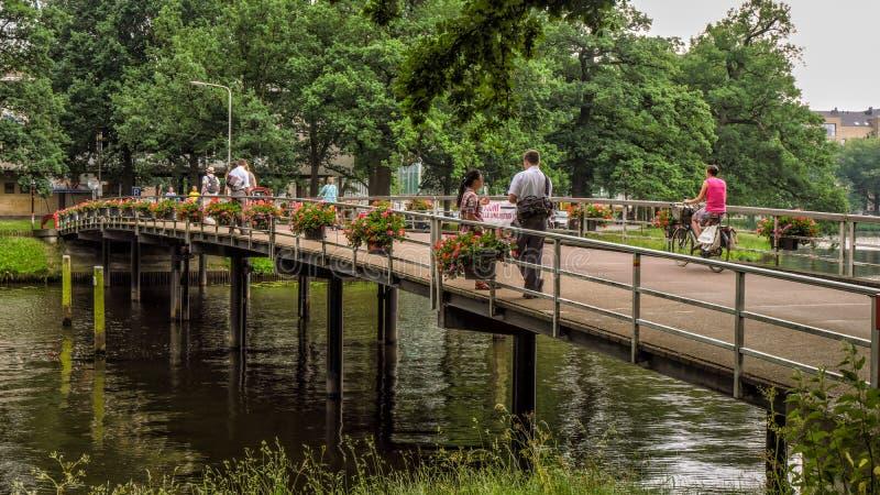 ZWOLLE, PAÍSES BAJOS - JUNIO DE 2018: Puente romántico adentro cerca del centro de ciudad en Zwolle fotos de archivo libres de regalías