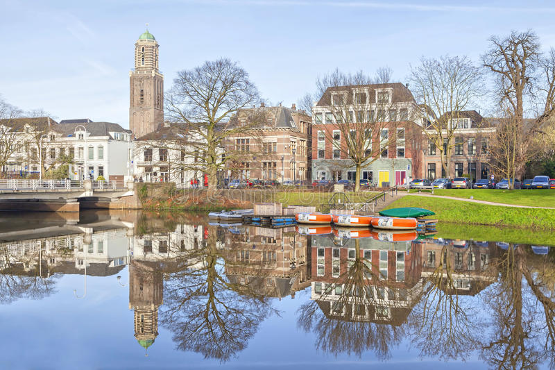 Zwolle-Skyline, die im Kanal sich reflektieren lizenzfreie stockfotografie