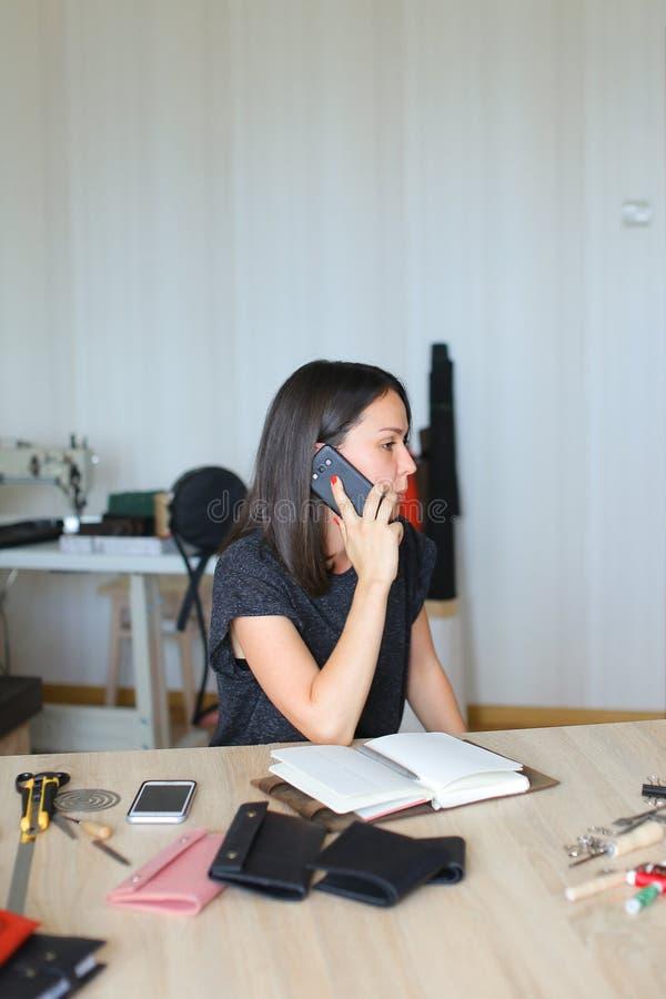 Zwolnione tempo szwaczka dyskutuje hurtowego handel skóra obrazy royalty free