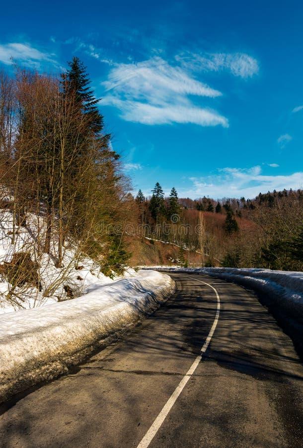 Zwrot na halnej drodze w zimie fotografia stock