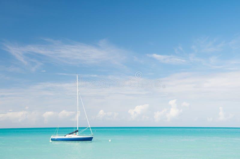 Zwrotnika morza idylla Wodni rozrywki Antigua stjohns wszystko obejmujący Idyllicznej sceny tropikalny urlopowy nadmorski silnik zdjęcia royalty free
