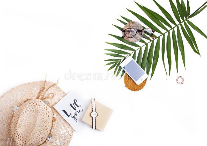 Zwrotnika palmowy liść, słomiany kapelusz, szkła i ręcznie pisany karciana ` miłość, obrazy stock