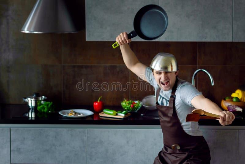 Zwyciężony kawaler na nowożytnym kuchennym pojęciu obraz stock