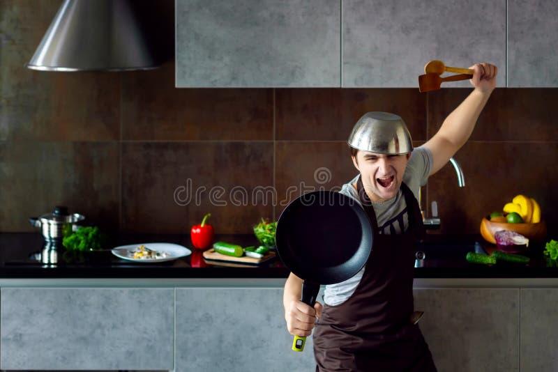 Zwyciężony kawaler na nowożytnym kuchennym pojęciu fotografia stock