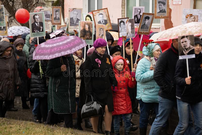 Zwycięstwo dzień: Nieśmiertelna pułk parada jest na ludziach z portretami tamto zabijać w Drugi wojnie światowej - Berezniki na 9 zdjęcia royalty free
