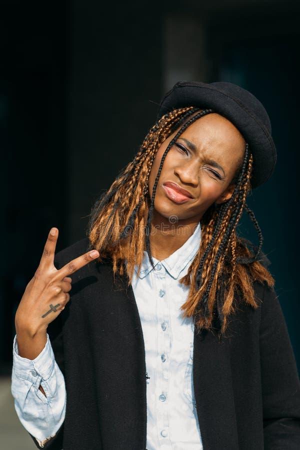 Zwycięstwo gest Ufna młoda czarna dama obraz royalty free