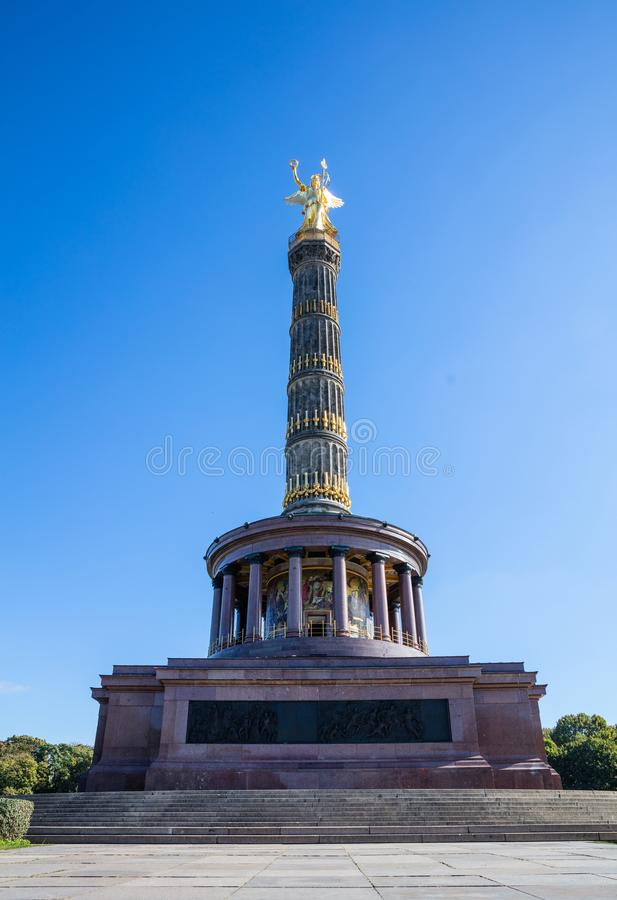 Zwycięstwo kolumna w Berlin, Niemcy, niebieskie niebo, niski kąt zdjęcia royalty free