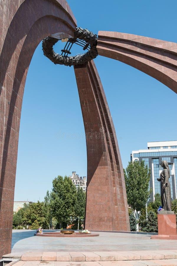 Zwycięstwo kwadrat w Bishkek, Kirgistan, z pomnikiem pamięta tamto które umierali w wojnie światowa 2 zewnętrznie płomieniem i obraz stock