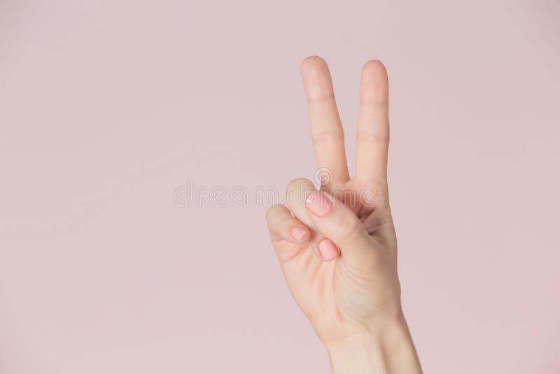 Zwycięstwo symbol odizolowywający na różowym tle fotografia stock